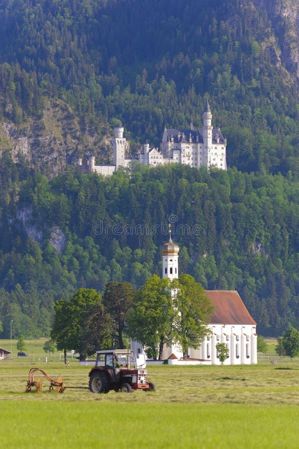 Slott Neuschwanstein och kyrkaSt Coloman royaltyfri foto