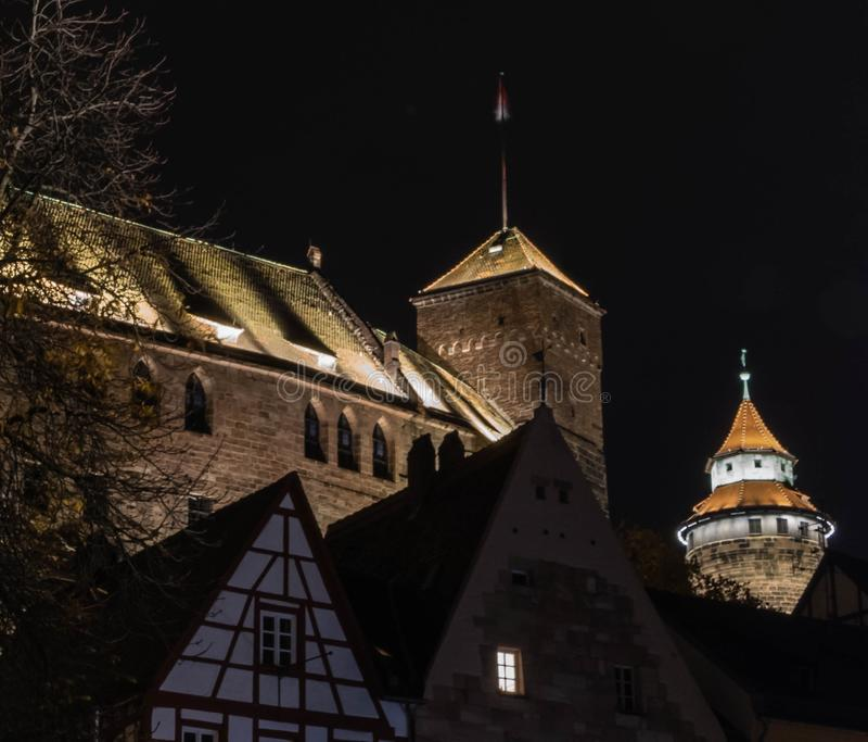 Slott Nuremberg på natten royaltyfri foto