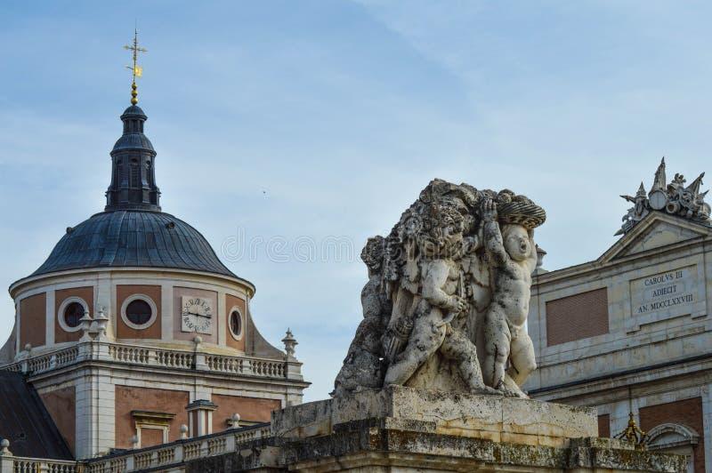 Slott och staty royaltyfri fotografi