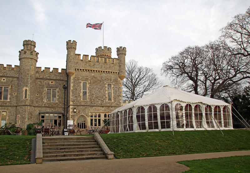Slott och stort festtält royaltyfri bild