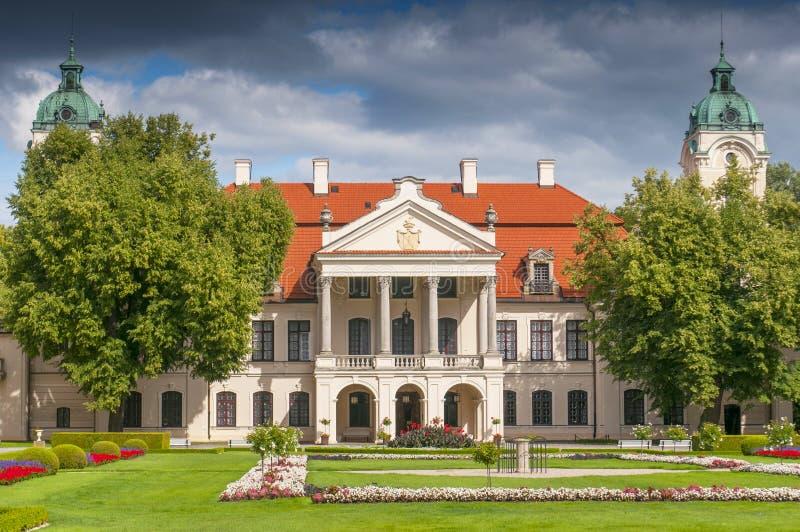 Slott och trädgård av Kozlowka, Zamoyski uppehåll, Polen arkivfoton