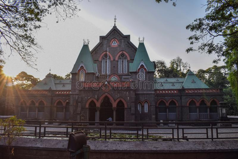 Slott som på den tiden fångas av solnedgång royaltyfri foto