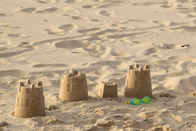 Slottar på sanden på slutet av en dag på stranden arkivbilder