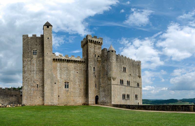 Slotten av Beynac och Cazenac i Périgorden som är noir i Frankrike royaltyfri fotografi