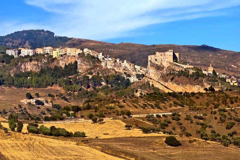 Slotten av Caccamo och byn arkivfoton