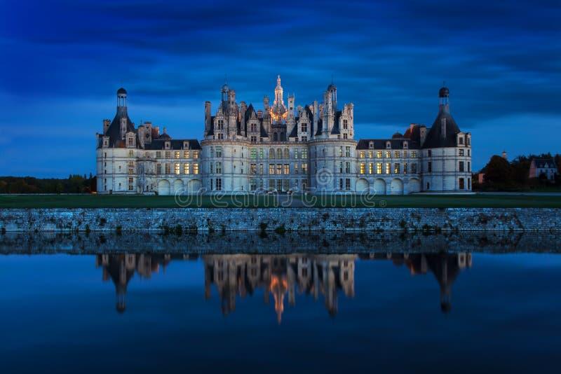 Slotten av Chambord på solnedgången, slott av Loiren, Frankrike Chateau de Chambord, den största slotten i Loiret Valley royaltyfri fotografi
