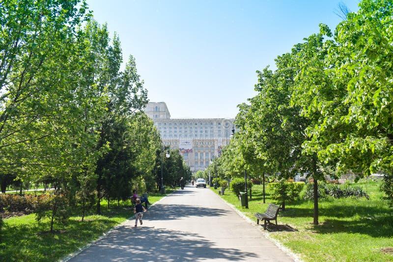 Slotten av det parlament- eller folks huset, Bucharest, Rumänien Sikt från Central Parkträdgårdarna Det st?rst arkivfoton