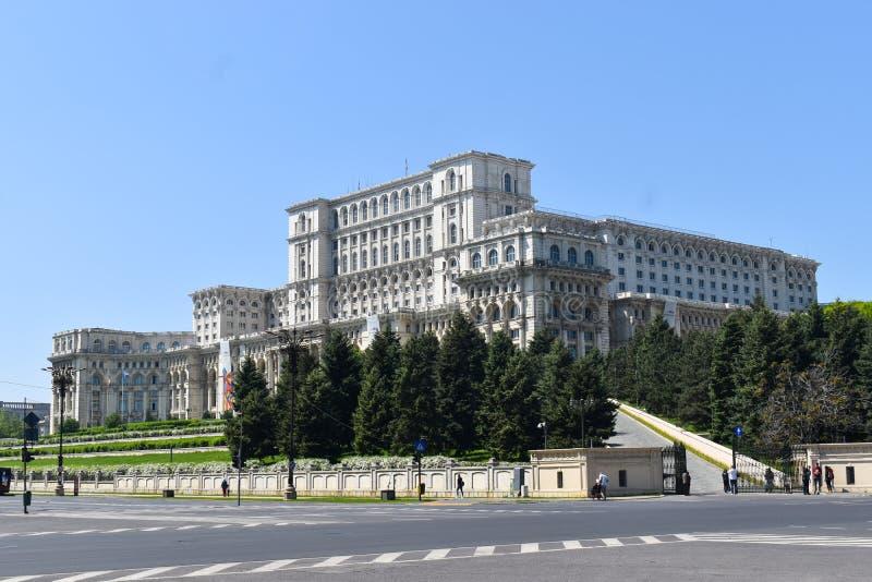Slotten av det parlament- eller folks huset, Bucharest, Rum?nien Nattsikt fr?n den centrala fyrkanten Slotten var best?llt b royaltyfri bild