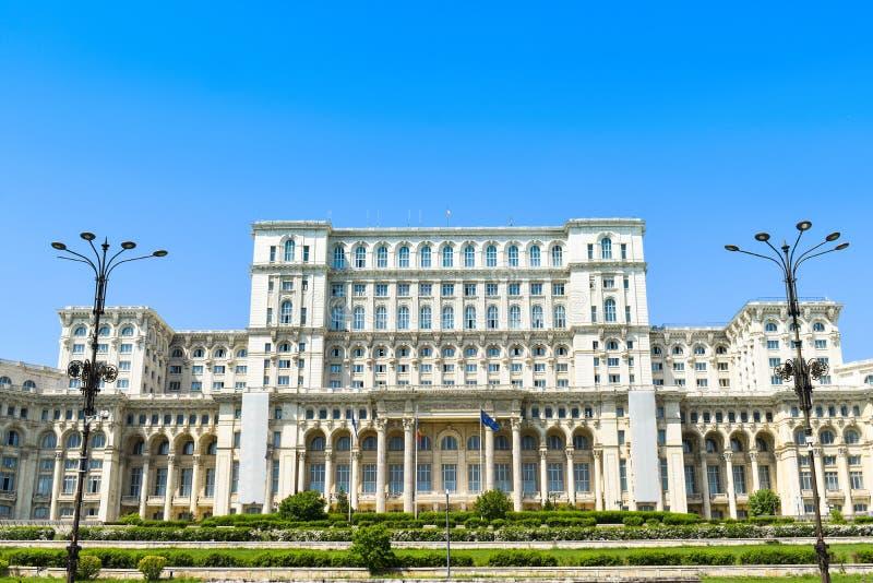 Slotten av det parlament- eller folks huset, Bucharest, Rum?nien Nattsikt fr?n den centrala fyrkanten Slotten var best?llt b arkivbild