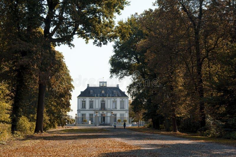 Slotten av Falkenlust de Falkenlust slottarna är ett historiskt byggnadskomplex i Brà ¼hl, norr Rhen-Westphalia royaltyfri bild