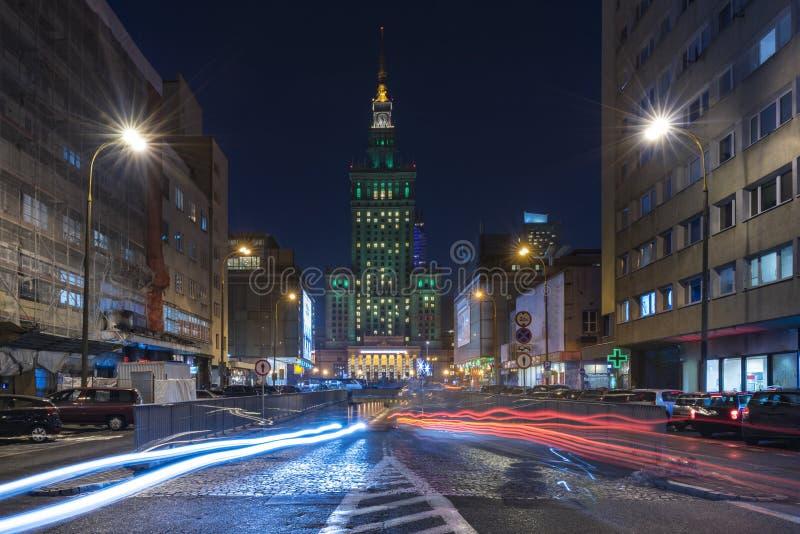 Slotten av kultur och vetenskap i Warszawa på natten royaltyfria bilder