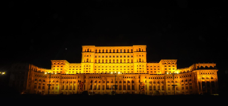 Slotten av parlamentet, Bucharest, Rum?nien Nattsikt fr?n den centrala fyrkanten royaltyfria bilder