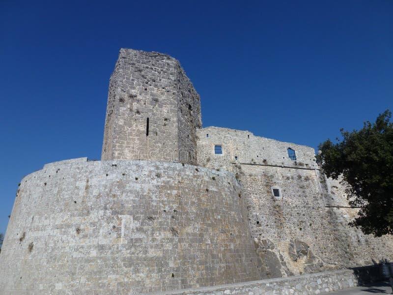 Slotten av Trani i Apulia i Italien arkivbilder