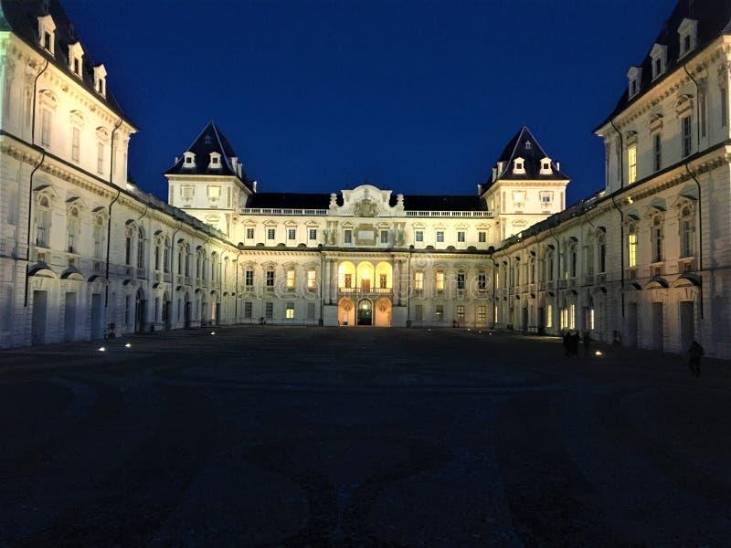 Slotten av Valentino, historisk byggnad och natten i Turin, Italien arkivfoto