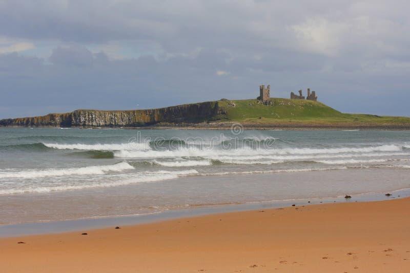 Slotten fördärvar överst av kullen vid havet royaltyfria bilder