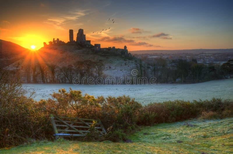 Slotten fördärvar vintersoluppgång. arkivfoto