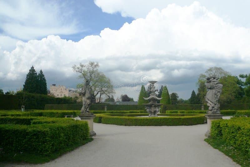 Slotten Lednice med trädgården parkerar royaltyfri bild