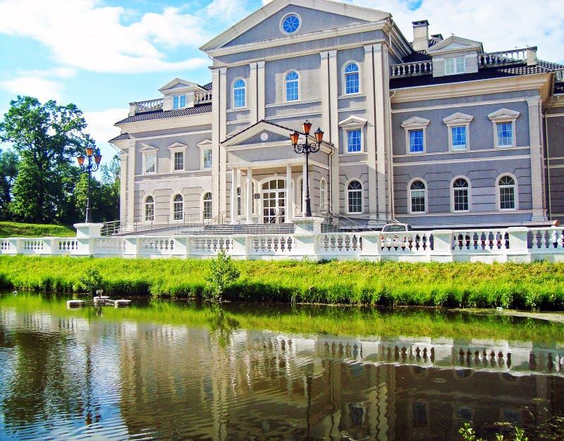 Slotten nära sjön royaltyfri fotografi