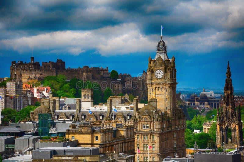 Slotten och det Balmoral hotellet, Edinburg, Skottland royaltyfria foton