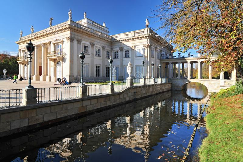 Slotten på vattnet i Lazienki parkerar, Warszawa, Polen arkivbild