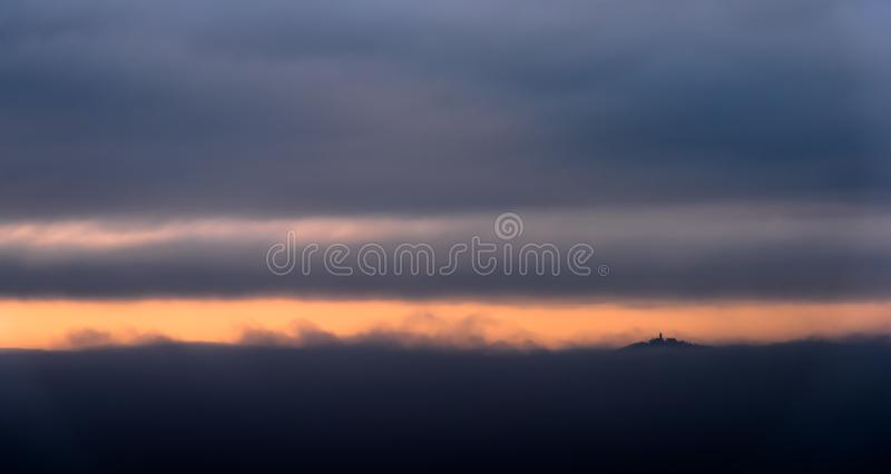 Slotten packade in vid dimman i orange ljus arkivbild