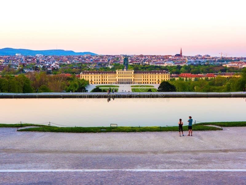 Slotten parkerar av den berömda Schoenbrunn slotten i Wien arkivbilder