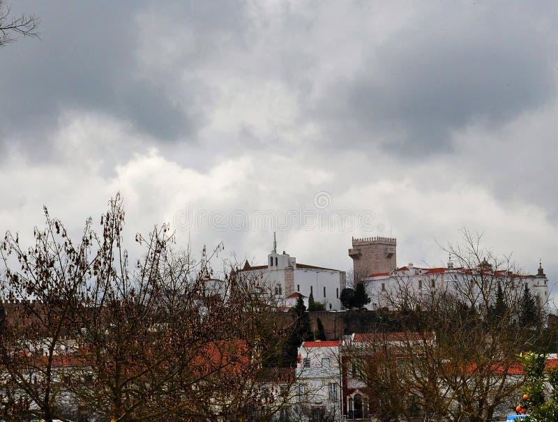 Slotten som ses från byn royaltyfri fotografi