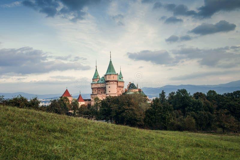 Slotten står högt Bojnice Slovakien fotografering för bildbyråer