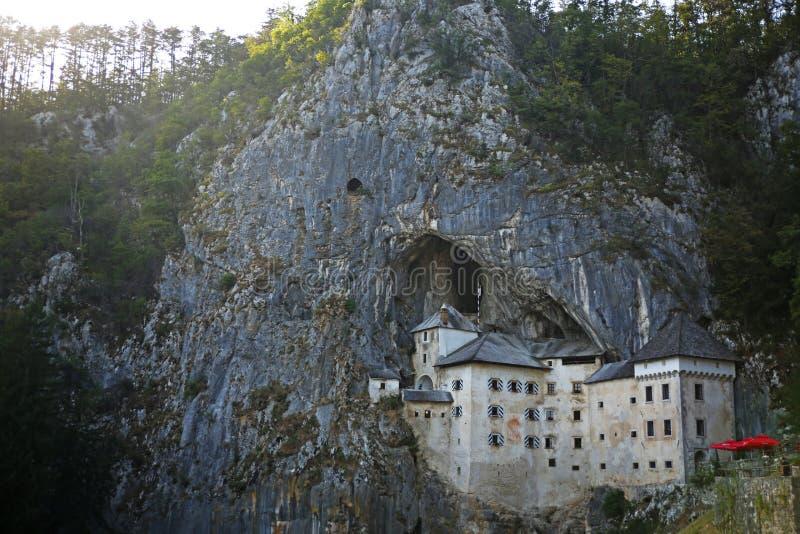 Slotten vaggar in, den Predjama slottgrottan, Slovenien arkivbild