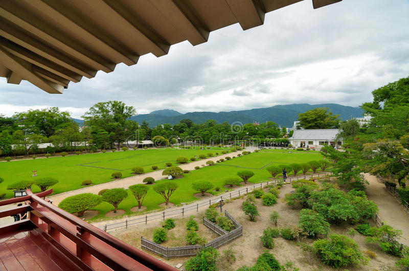 slottet arbeta i trädgården mstsumoto arkivfoto