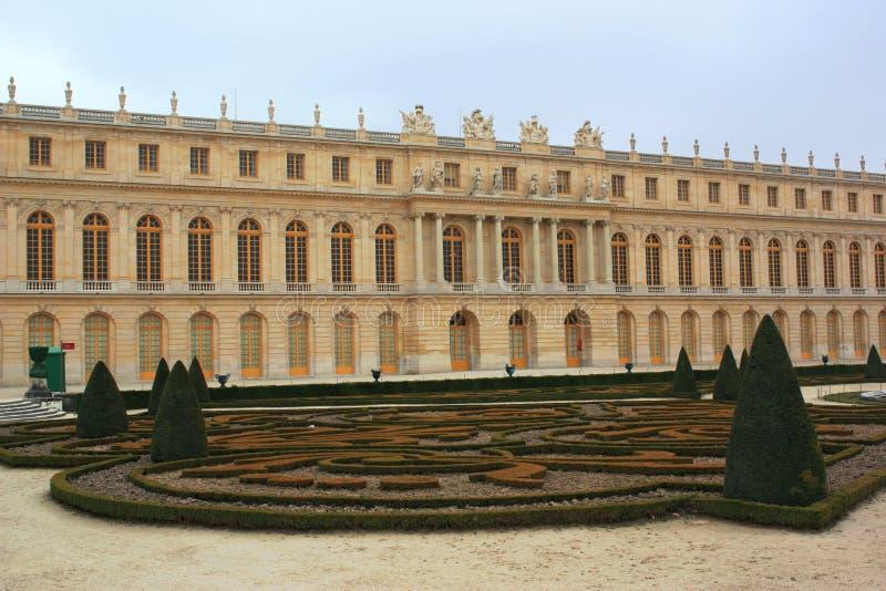 slottet arbeta i trädgården versailles arkivbilder