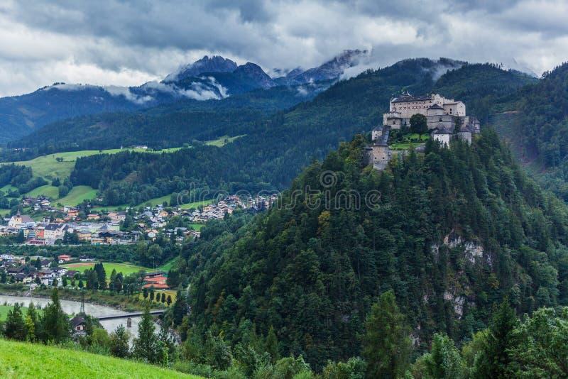slottet hohenwerfen fotografering för bildbyråer