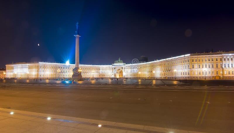 Slottfyrkant och Alexander kolonn på natten, St Petersburg, Ryssland royaltyfria bilder