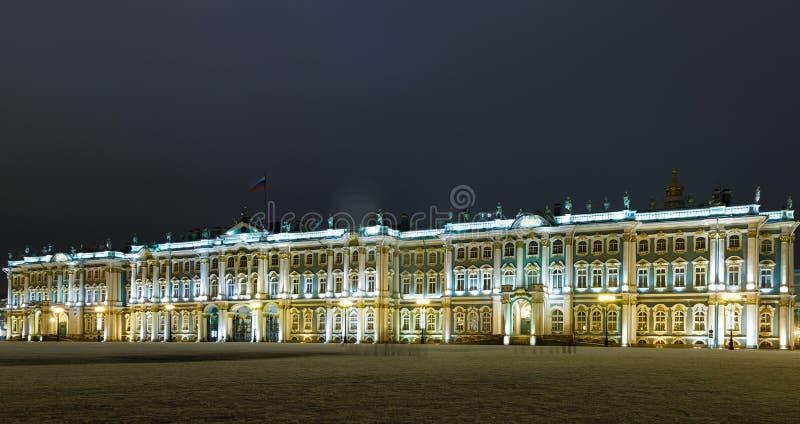 Slottfyrkant och sikt för natt för museum för vinterslotteremitboning med ljus belysning, St Petersburg, Ryssland fotografering för bildbyråer