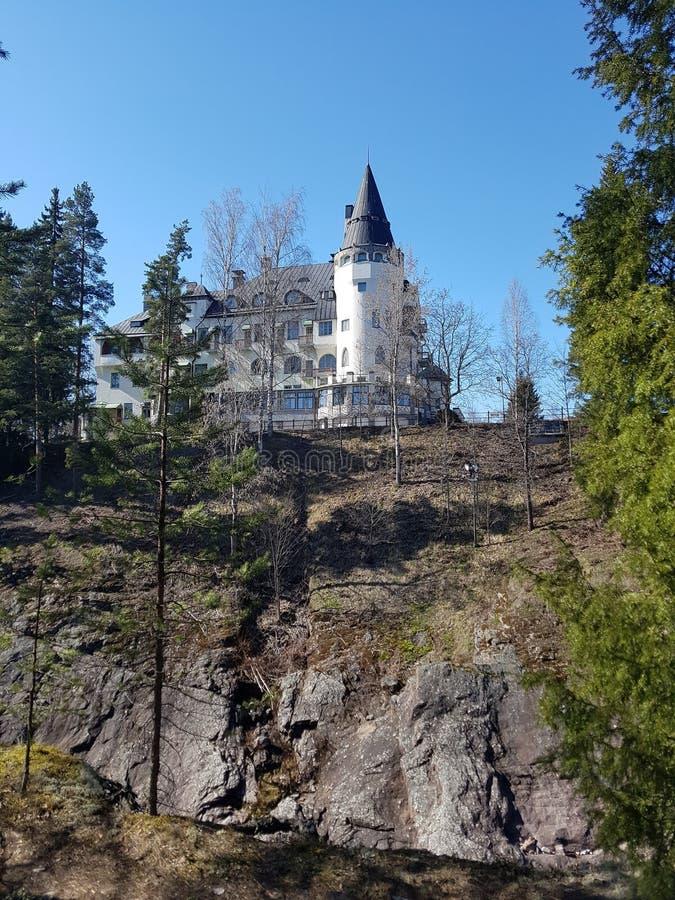 Slotthotellet på vaggar i skogen royaltyfria bilder