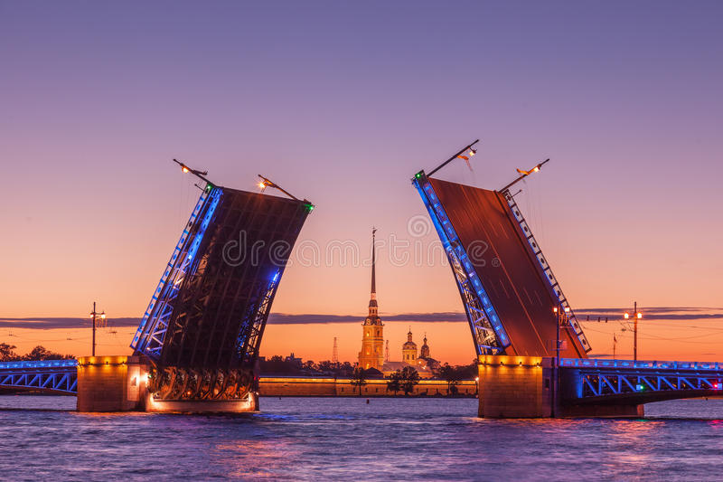 Slottklaffbro, vita nätter i St Petersburg, Ryssland arkivfoto