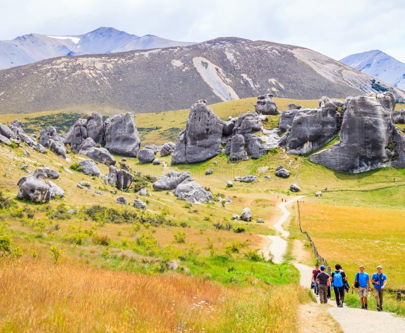 Slottkulle, södra ö, Nya Zeeland - December, 10, 2017: Turister som trekking slottkulleslingor royaltyfria bilder