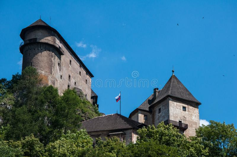SlottOravsky hrad i regionen Orava av Slovakien arkivbild