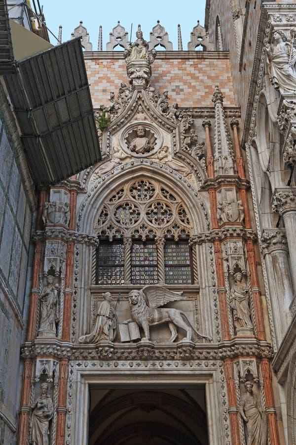 Slottpappersdörrar av dogeslotten i Venedig royaltyfri foto