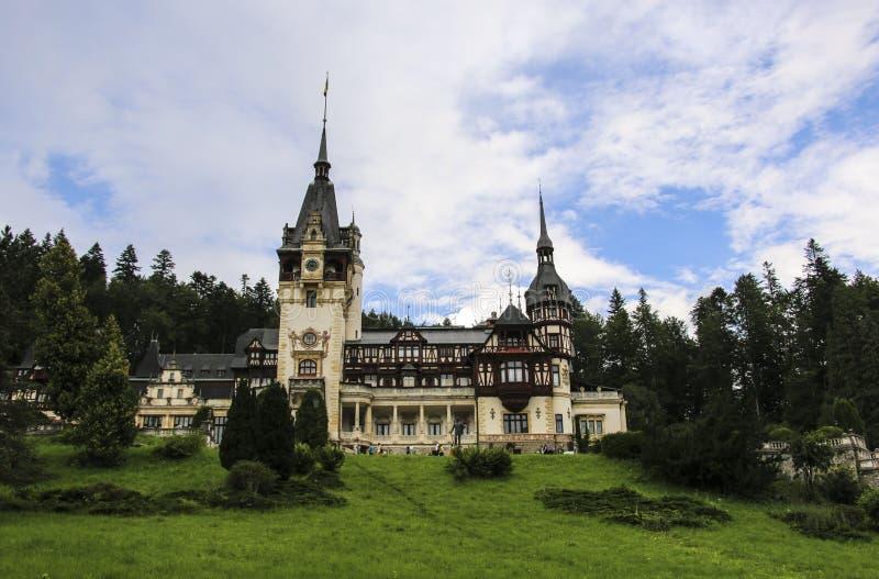 slottpeles romania Härlig berömd kunglig slott och trädgård i den Sinaia gränsmärket av Carpathian berg i Östeuropa arkivfoton
