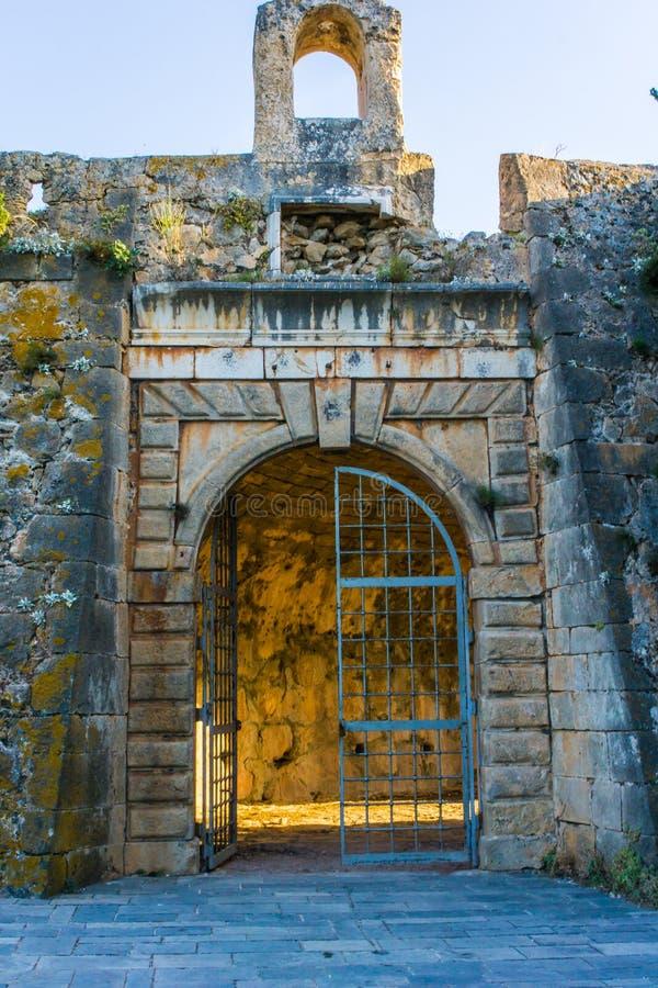 Slottport av den Assos byslotten i den Kefalonia ön i Grekland fotografering för bildbyråer