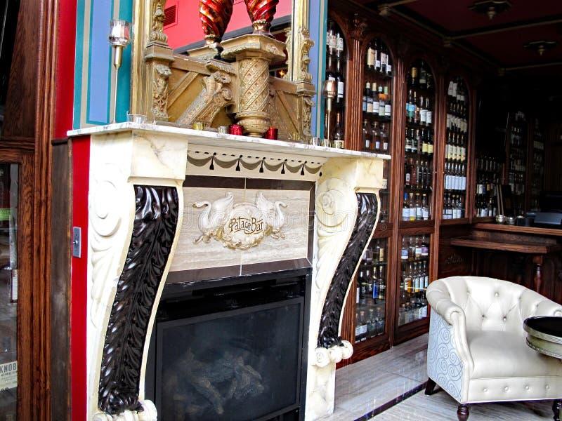 Slottstången, saltar & whiskyrestaurangen royaltyfri bild