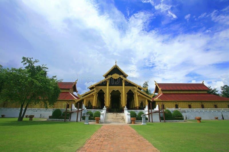 Slotttempel vid burma stil i Kanchanaburi, Thailand arkivfoton