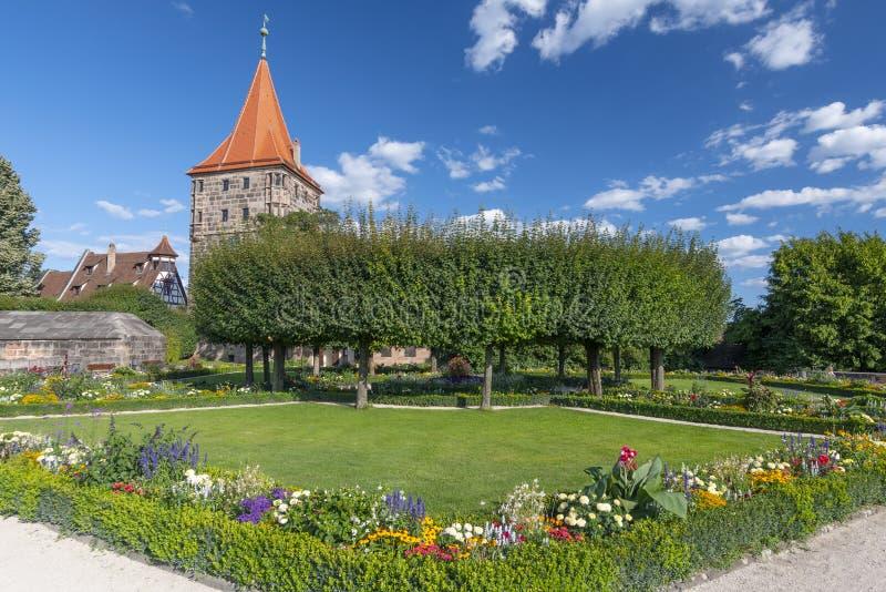 Slottträdgård i lägre bastion, den imperialistiska slotten och Tiergartnertor, Nuremberg, Franconia, Bayern, Tyskland royaltyfri bild