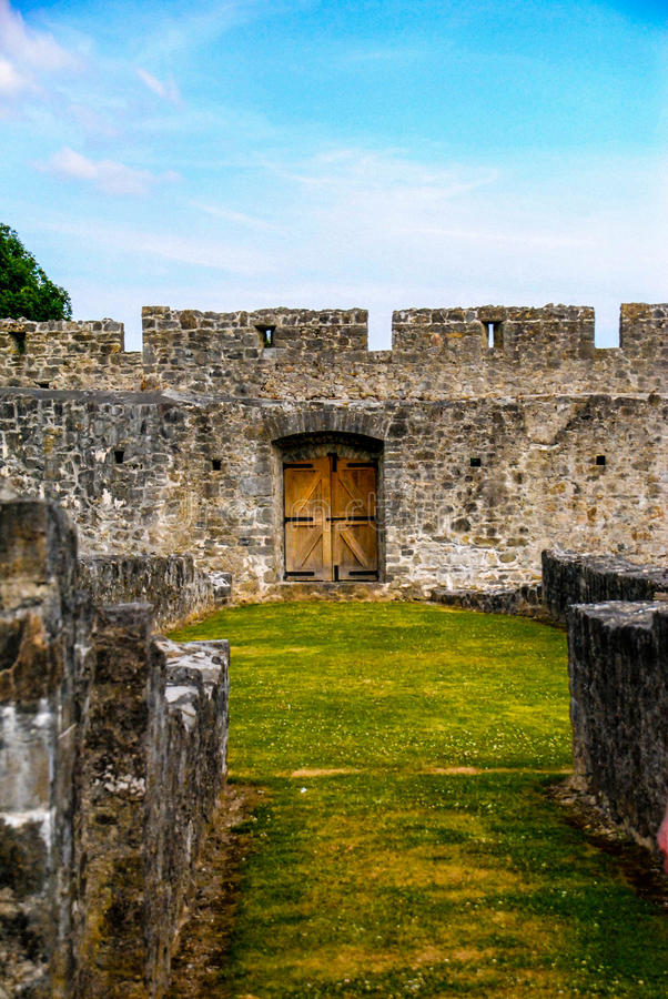 Slottväggdörr royaltyfri bild