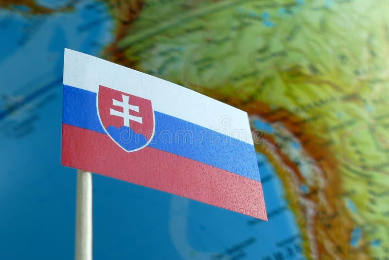 Slovakien flagga med en jordklotöversikt som en bakgrund royaltyfri fotografi