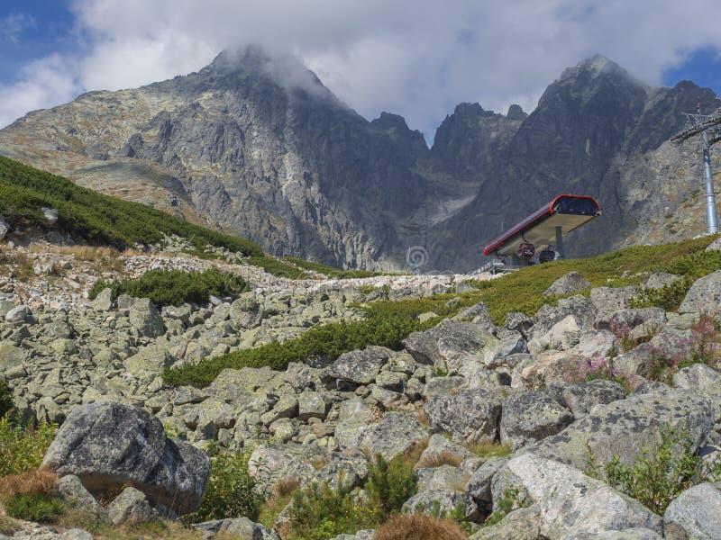 Slovakien högt Tatra berg, September 13, 2018: Sikt på Lomnicky för bergmaximum stit 2 634 M som täckas i moln med arkivbilder