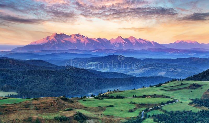 Slovakien och Polen bygd, Tatras royaltyfria foton