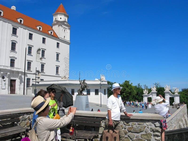 Slovakien turister i den Bratislava slotten, asiatiska handelsresande royaltyfri bild