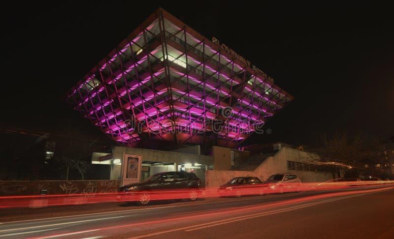 Slovakisk radiobyggnad på natten royaltyfri foto